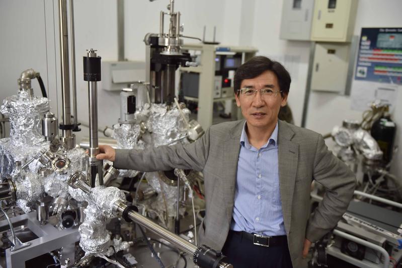 薛其坤院士在清华大学的实验室里